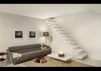 Escalier avec marches dans le mur