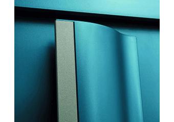 Porte alu moderne vitrée et barre de tirage